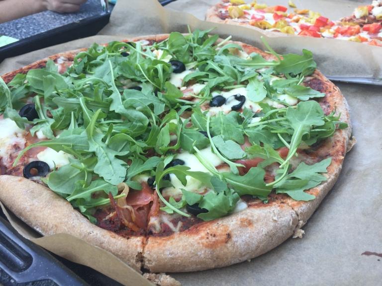 Pizza mit Prosciutto und Ruccola